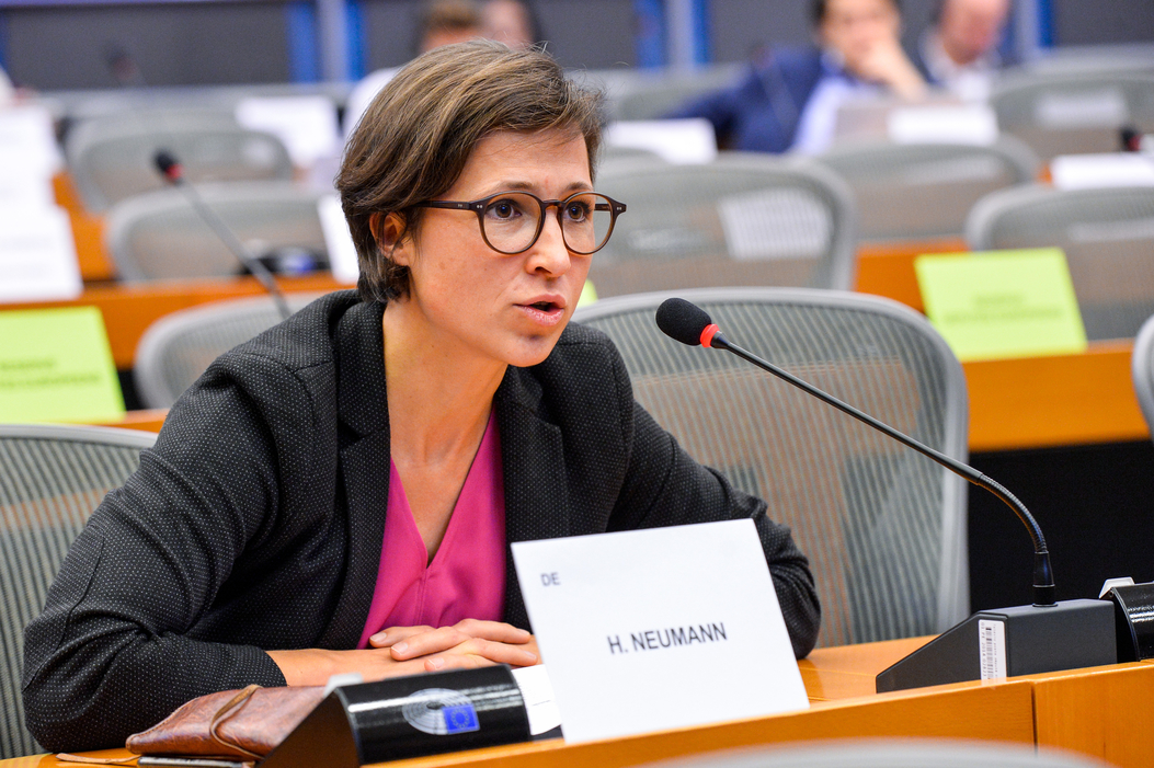 Χάνα Νόιμαν, ευρωβουλεύτρια των Πρασίνων: «Δημιουργούμε μια βιομηχανία όπλων που κερδοφορεί ενώ εξαιτίας της οι άνθρωποι μεταναστεύουν»